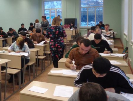 На фото: Экзамен для РВП в аудитории